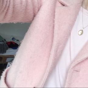 Ganni poodle coat i pink. Str. xs, men passer også s. Den ser en smule fnuldret ud, men det er blot stoffet der er sådan (se billede 3)