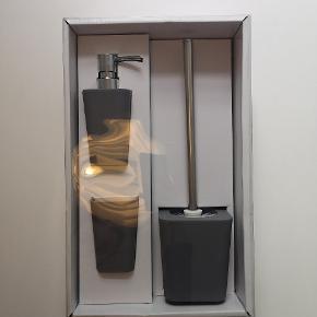 Badeværelse sæt fra Jysk. Grå og aldrig brugt. Stadig i kasse.  Indeholder hvad vist på billede: sæbepumbe, krus og toiletbørste.   Sender ikke, men kan afhentes i Århus C 😊 Ny pris: 80kr Kom med bud😊👍