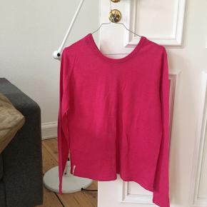 Smuk 100 procent merinould bluse. Ved køb af flere ting sælges til en samlet (billigere) pris.