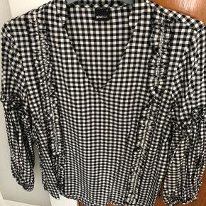 Ternet skjorte fra Gina Tricot. Brugt én gang. Fejler intet og fremstår som ny.