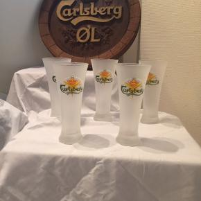 Carlsberg rund skilt 200 kr. Pr. Stk.  Carlsberg glas 25 kr. PR stk.   Har også høje Carlsberg glas på fod aldrig brugt : 30 kr. PR. Stk.   Og større glas på fod: 40 kr. PR stk.