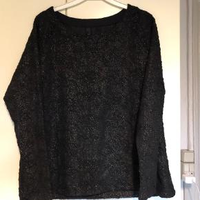 Varetype: Bluse Farve: Ukendt Prisen angivet er inklusiv forsendelse.  Dejlig bluse fra Pulz i god kvalitet og med lidt glimmer i.  Størrelsen er mere en S/M.