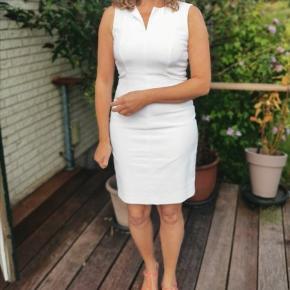 Flot hvid kjole, med smuk halsudskæring fra Sand Copenhagen. Kjolen sidder utrolig smukt. På billedet sidder kjolen for stramt, da jeg er en str 38