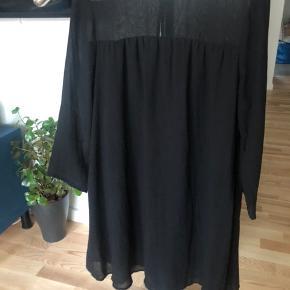 Kjolen er kun brugt 2 gange så den er som ny og fejler ingenting.  3/4 ærmer. Dejlig luftig kjole lukkes med knap i nakken. Str 36 svarer til en small.