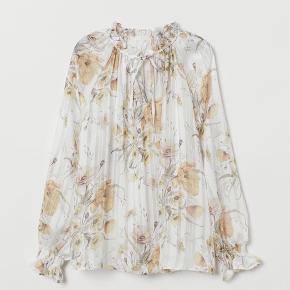 Bukse / bluse sæt fra H&M  Aldrig brugt.  Blusen er str. 38 og bukserne str. 34 (bukserne er store i størrelsen og passer en str. 36)  Ingen bytte.  Nypris: 380 kr. MP: 155 kr.  Kan afhentes på Nørrebro eller sendes på købers regning.