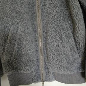 Lyseblå jakke fra Soulland. Fremstår helt ny, har kun været brugt et par gange. Jakken er en str XS men vil passer en medium perfekt. Jeg er selv en medium og den passer mig perfekt, både ifht længe, skulder og ærmer.  Skulder til skulder 42 cm Bryst 47 cm Ærme 65 cm Længde 66 cm  Sender gerne på købers regning