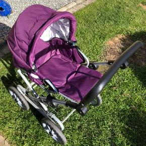 Super fin kombi dukke/klapvogn fra brio  der medfølger en kørepose. Har også et babyboom puslebord og højstol til billige penge
