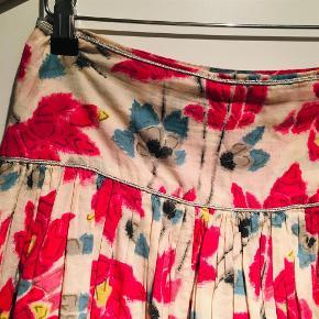 Varetype: Nederdel Farve: Mønstret  Sælger denne smukke nederdel fra DAY Birger et Mikkelsen. Super flot mønster og fine 'sølv' syning detaljer. Sender gerne på købers regning og mod forudbetaling.