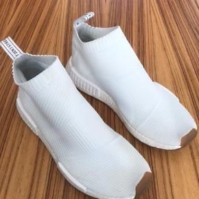 Sjælden Adidas sneakers i størrelse 43 1/3. Jeg har ikke æske og kvittering. Købt i Le Fix i Kronprinsensgade i Kbh. Jeg har haft skoen på max. 2 timer og kun indendørs, hvorfor skoen fremtræder som ubrugt. Minimale ridser på det ene Adidas emblem på siden af skoen,  hvilket har været der siden køb( se foto ). Nypris ved køb kr. 1500,- skoene sælges i dag væsentligt over nypris.