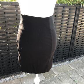 Vero Moda + Pieces Smarte Nederdele Begge sælges for 125 kr. + forsendelsen   Oprindelig købspris: 555 kr.  Super udsalg....  Jeg har ryddet ud i klædeskabet og fundet en masse flotte ting som sælges billigt, finder du flere ting, giver jeg gerne et godt tilbud..............alt fra ikke ryger hjem.