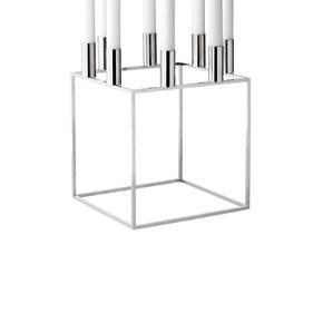 Den store By Lassen Kubus lysestage i nikkel. Kubus 8 er designet af Mogens Lassen og har plads til 8 stearinlys. Se flere varianter nedenfor.   Mål: 23 x 23 cm Farve: Nikkel Materiale: Ubehandlet nikkelbelagt metal.  Rengøring: Tør af med en fugtig klud.  Har 1 kubus8 og 2 kubus4 til salg