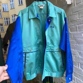 Fed vintage jakke i fede farver. Rigtig god stand, næsten ikke brugt. Str M, kan sagtens også passes af kvinder.  Skriv hvis du har nogen spørgsmål eller bud. Husk at checke mine andre annoncer for andre fede ting, rabat forekommer ved køb af flere ting:)