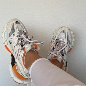 Sælger mine Balenciaga Track sneakers i str 37. Originale dustbags følger med. Næsten som nye, ingen skønshedsfejl eller slid. Kom gerne med et bud :)