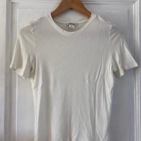 Dejlig blød t-shirt fra Monki, små i størrelsen, passer bedst S synes jeg!