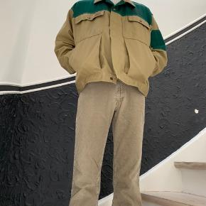BENNY HANSEN CONTRAST COLOR WORK JACKET Fantastisk kondition. Brugt måske 2 gange. Fitter mellem M og L. (Jeg er en M og den er lidt stor på mig) Fantastisk kontrast i farverne. Meget slidstærk også