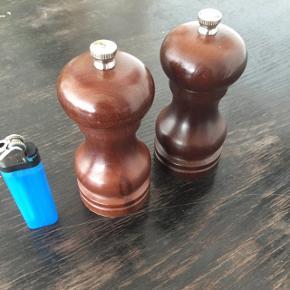 Cole & Mason kværnsæt  Salt og peber kværne fra Cole & Mason i mørk træ. Lille variant (se lighter for størrelse). Fungerer helt upåklageligt, har bare fået Peugeot-kværne i gave. Afhentes på ydre Nørrebro eller sendes på købers regning med DAO.  Tags: Salt peber salt/peber salt -og pebersæt krydderi krydderier