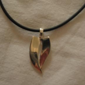 Fin halskæde med sølvvedhæng.
