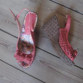 Brand: Vinceza Varetype: sandaler Farve: sm foto Oprindelig købspris: 299 kr. Prisen angivet er inklusiv forsendelse.  Superlækre og lette med kilehæl