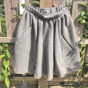 Lækker Acne uld nederdel med blød underskørt og lommer.  Str. 36 Np: 2500-3500kr Shell fabric: 100% wool Under skirt: 70% rayon, 25% nylon, 5% spandex  Er åben for realistiske bud☀️