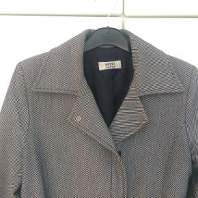 Ganni - figursyet frakke med bælte  Brugt en del, men fremstår meget flot uden fnuller og lignende  Materialet er 20% uld (kan ikke tyde resten af mærket)  Pris 400,-