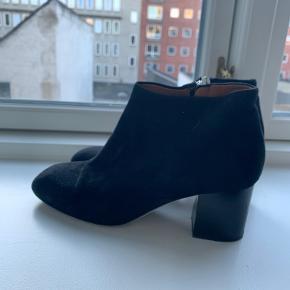 Ruskindsstøvler fra &Other Stories med blokhæl og lynlås i siden.