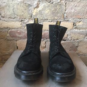 """All black ruskindsstøvler fra Doc Martens ekslusive håndlavede linje """"Made in England"""".  Anderledes designet med Air Wair Bouncing  Soles, som har riller i stedet for den klassiske mere flade bund."""