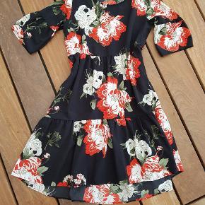 Super sød kjole, der er lidt til den store side, så en S og en lille M kan sagtens hoppe i den 😘✌🌸