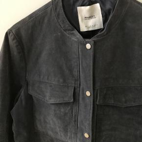 Ruskindsjakke fra Mango i lyseblå/grå farve. Aldrig brugt.   Kan afhentes i København K eller sendes gennem handel på Trendsales 🌸  Se også mine andre annoncer  🌸