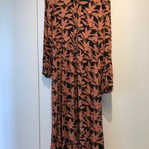 Næsten ny kjole, brugt en gang. Købt for lille. Størrelsen er tilsvarende til en str s  Spørg efter flere billeder, kan ikke passe den så ingen billeder på :-)