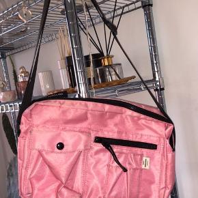 Sælger min taske da jeg ikke får den brugt nok. Som det ses på billedet er den en smule beskidt, prøver at få det af. Tasken er ikke brugt særlig meget, da den kun er brugt til dagene til Distortion.