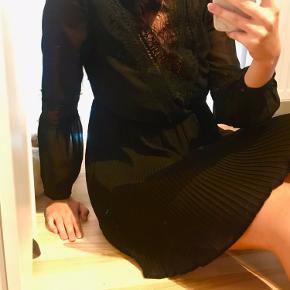 🌼 Fineste sorte korte kjole, med de flotteste detaljer 🌼  ❗️Kan passes af både str. s & m ❗️  BYD 🥰