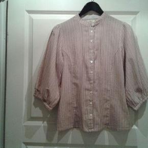 Varetype: Skjorte Farve: Rosa  Sød Noa Noa skjorte med fine detaljer.