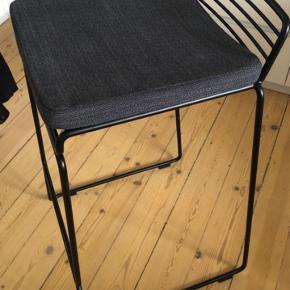 HAY Hee barstol, sort metal, h:65cm Enkelte tegn på slid (se sidste billede) Mørkegrå ikeahynde medfølger Afhentes på Amager