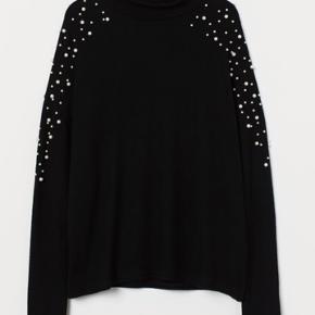 Finstrikket trøje i blød kvalitet med perler på skuldrene og lav rullekrave