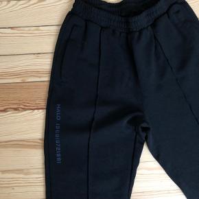 Newline Halo bukser. Brugt meget få gange. Der står størrelse L i selve bukserne, men de passes af 36-38.