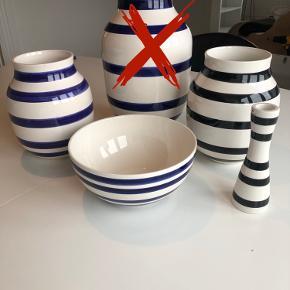 Skål: Mørkeblå og hvid stribet, 100 kr.  Lille vase: Mørkeblå og hvid stribet, 100 kr.  Lille vase: Sort og hvid stribet, 100 kr.  Lysestage: Sort og hvid stribet, 50 kr.