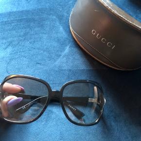 Originale Gucci solbriller med logo på siden. Brugte men ingen ridser. Kommer med original æske.