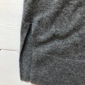 Striktrøje i 100 % cashmere / kashmir fra H&M Premium Quality. Den er brugt, men i rigtig god stand. Kun vasket i hånden, og har brugt fnugmaskine på den, så den er så fin 🌟 Str. M, men en smule oversize.