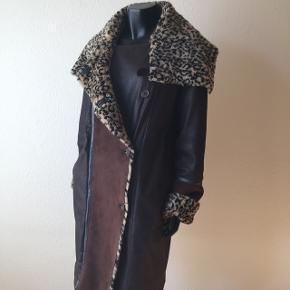 Leopard vintage skind/ruskind frakke med fede detaljer og kraven kan sættes på flere måder, kan spændes ind i siderne og har lommer.Kan prøves / afhentes i Sydhavnen.