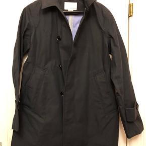 nanamica GORE-TEX Cotton Coat  Se flere billede her: https://www.mrporter.com/en-dk/mens/product/nanamica/raincoats-and-trench-coats/gore-tex-cotton-coat/3983529959727408?ignoreRedirect=true&ppv=2&cm_mmc=Google-ProductSearch-DK--m-_-MRP_INTL_EN_DK_PLA-_-MRP+-+DK+-+GS+-+Holiday+%26+Sale--Promotional+-+Clothing_INTL&gclid=Cj0KCQiAr8bwBRD4ARIsAHa4YyJenCSxdEb3vKjIKBW3bAmLSf6H_O7b2ufNUEsq8KOiLJer5NkvpsIaAgZNEALw_wcB&gclsrc=aw.ds