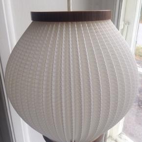 RETRO pendel, 70'er vintage lampe, design af Svend Aage Holm Sørensen, skærm af præget plast med imiteret trækant foroven og forneden. Højde 22cm/ Diameter 22cm. Stand på skærme er fin, ingen skrammer... ledning og fatning ska skiftes...har 2 stk til salg..450.-pr.stk... gerne mobilpay eller TS-handel ,+5%. Pris inkl. Porto(DAO)