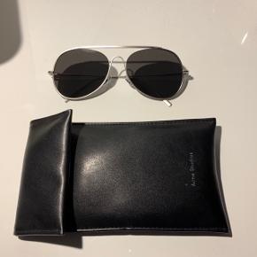 Acne Studios  spitfire solbriller i sølv. NYRIS: 2400. Købt i Illum sidste sommer, sælges grundet køb af nye solbriller. Etui og kasse medfølger. Sender gerne, køber betaler fragt