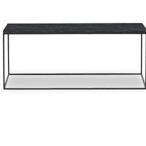 Flot sofabord fra ILVA. Bordpladen er i skifer og stellet er i sortlakeret metal.   Mål: 100x41,6x50 cm
