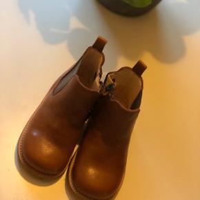 Angulus Chelsea støvler, str 23. Aldrig brugt æske og kvittering haves. Nypris er 749,-
