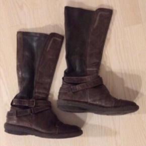 Lange brune skindstøvler fra Khrio ❤️   Blødt brunt skind bag på læg, så de er til at træde i.  God bund.  Spænde.  Nypris 1200,-   Se også mine andre fine annoncer. Sælger billigt ud og giver gerne mængderabat 🙌🏼