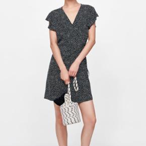 Prikket slå om kjole i str xsmall fra mærket ZaraAldrig brugt og helt som ny