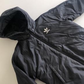Fin overgangs jakke fra Adidas. Brugt meget lidt