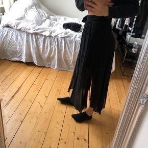 Nederdel fra & Other Stories med udskæring ved benene og lange snore der bindes.  Bytter ikke og sender kun på købers regning