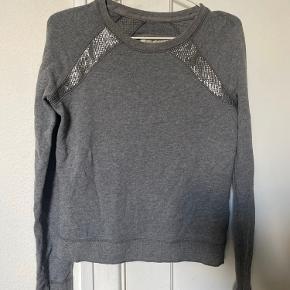 Sælger min fine basic grå Abercrombie & Fitch Sweatshirt da jeg simpelthen ikke får den brugt.   Den er brugt nogle gange, men er stadig i flot stand uden huller eller pletter🌿   Det er en str. XS - xsmall, men passes også af en S small  NP: 429kr  Mp. BYD!   OBS:‼️ sælger lige nu - billigt - ud af en masse forskelligt mærketøj, tjek det ud! 🔆 🍒