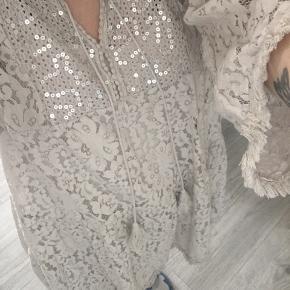 Brugt få gange, skøn onesize Buch agtig kjole med underkjole, løs pasform.  100% Viscose.   🌸 Velkommen til min shop 🌸  Handler via køb nu. Mødes ik og bytter ikk Mp er prisen som angivet. Skambud og andre ? besvares som udgangspunkt ik. Køb min.3 stk (%sæt) så betaler jeg fragten🌸